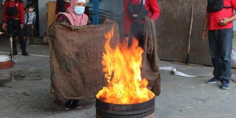 AGP Latih Warga Simulasi Padamkan Kebakaran