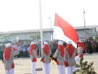 Rayakan HUT RI, Warga Kibar Merah Putih di Kiara Artha Park