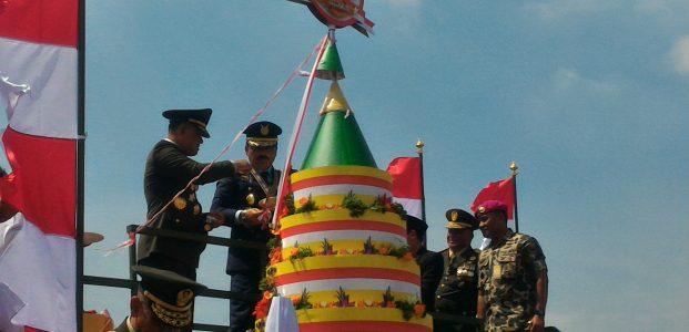 Tumpeng Raksasa Pada Peringatan HUT TNI ke – 72