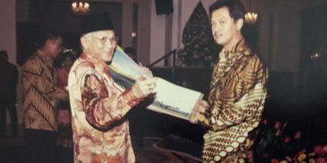 BJ Habibie Lelang Kamera Bantu Aceh