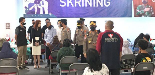 Kapolda Jatim Cek Vaksinasi dan Barcode Peduli Lindungi di Mall Surabaya