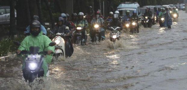 Hujan Deras, Banjir Lumpuhkan Jalan Sebagian Di Jakarta