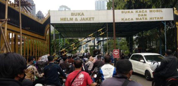 Pintu ke Polda Metro Jaya dari SCBD Ditutup. Gatot Subroto Macet