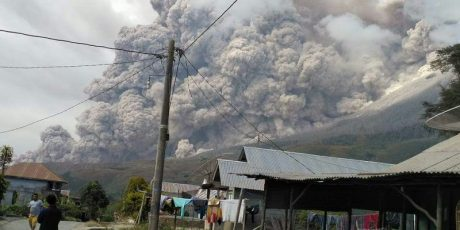 Sinabung Meletus Lontarkan Abu Setinggi 4.2 Km dan Luncurkan Awan Panas Sejauh 4,5 KM